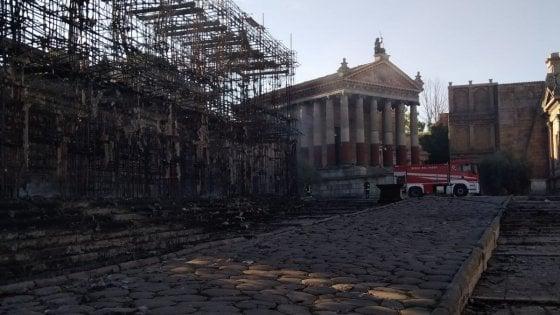 Cinecittà, incendio nella notte: distrutto il gigantesco set di Roma Antica