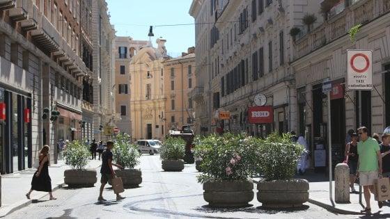 Roma, Raggi dà il via a  pedonalizzazione tratto di via del Corso ma inciampa in una buca