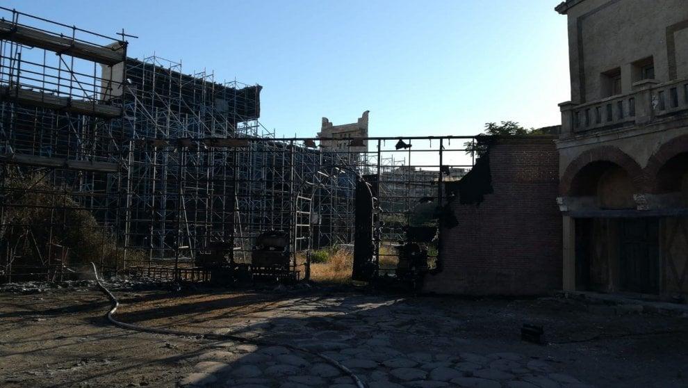 Cinecittà, incendio nella notte distrugge il set di Roma antica