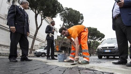 """Roma, """"sampietrini da rimuovere?"""" Raggi fa partire il referendum con un tweet"""