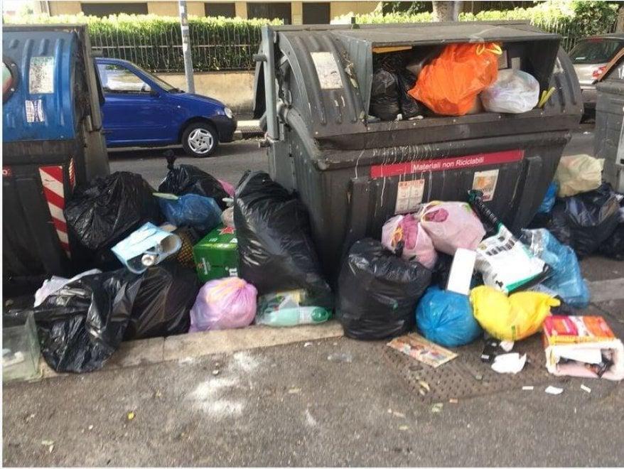 """Rifiuti in tutta Roma: la """"raccolta"""" di Legambiente in giro per i quartieri"""