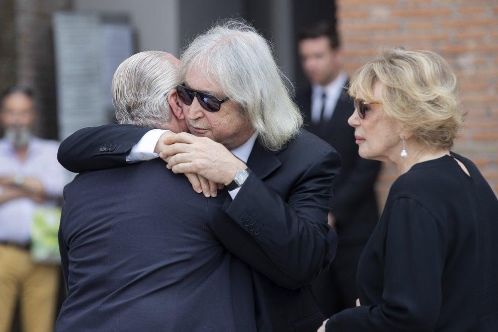 Roma, i funerali di  Carlo Vanzina: parata di vip per l'ultimo saluto al regista di Sapore di mare