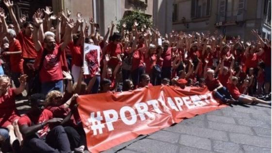 """Migranti, digiuno """"a staffetta""""  in piazza San Pietro. Padre Zanotelli: """"Contro le politiche del governo e della Ue"""""""