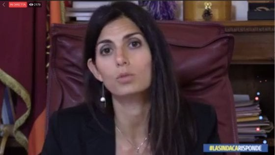 """Roma, Raggi in diretta Fb: """"Buche? Tempi lunghi a causa dei bandi"""". E sui rifiuti attacca la Regione"""