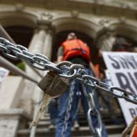 Migranti, attivisti incatenati sotto il ministero dei Trasporti.