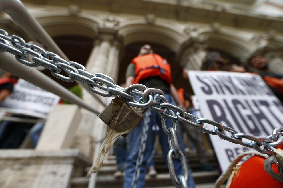"""Migranti, attivisti incatenati sotto il ministero dei Trasporti. """"Naufragi di Stato"""". Portati via dalla polizia"""