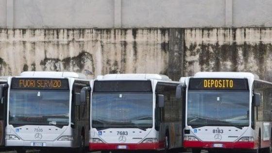 """Bus romani, denuncia dei sindacati: """"Lunedì scorso 300 mezzi fermi nei depositi per guasti"""""""