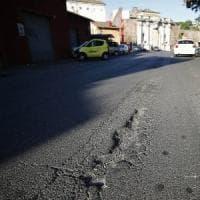 Roma, cade dalla moto: buca sott'accusa.  In terapia intensiva al San Camillo