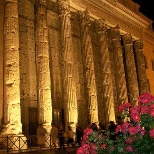 Roma, spettacolo di luci e suoni. Si accende il Tempio di Adriano