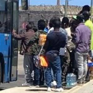 Latina, spari ad aria compressa contro i migranti che aspettano l'arrivo del bus: due feriti