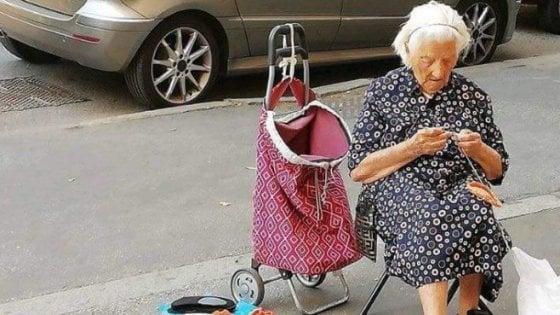 Roma, l'anziana che ricama in strada per compagnia: con le sue presine fa innamorare i social