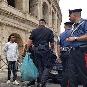 Roma, Colosseo: ambulanti abusivi multati e oltre 300 articoli sequestrati
