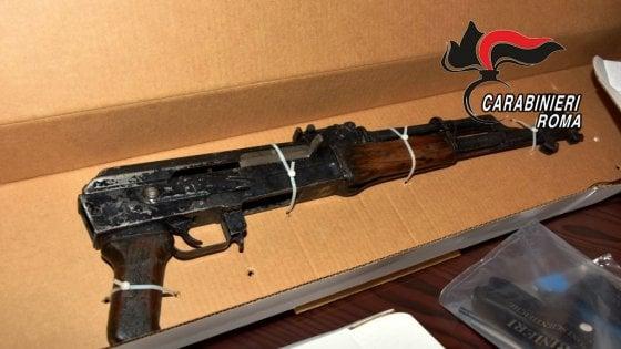 Mitragliatrice, fucile d'assalto e pistole: scoperto arsenale in una cantina di Roma