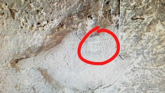Roma, incide una G sulla parete del Colosseo: denunciato turista di 17 anni