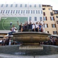 Roma, il tuffo dei tifosi francesi nella fontana di Campo de' Fiori
