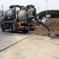 Roma, Laurentina: autocisterna si ribalta con 20 mila litri di gasolio