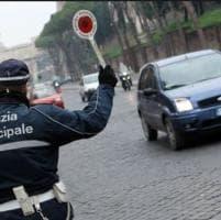 Tassista abusivo senza patente e assicurazione: fermato con i turisti a