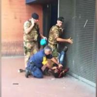 Roma, il militare lo blocca a terra: