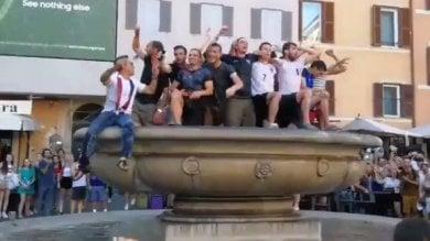 Campo de' Fiori, il tuffo dei francesi -   video   tutti nella vasca per festeggiare i Bleus