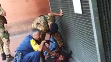 Rebibbia, il militare lo blocca a terra   il video   Fermo violento di un giovane immigrato