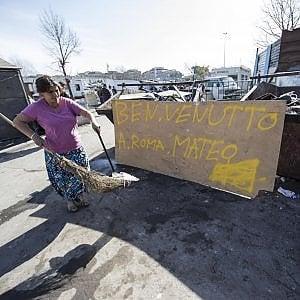 """Roma, la sindaca sui social: """"Primi 14 rimpatri volontari tra i rom del Camping River"""""""
