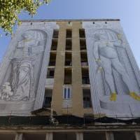 La Venere di Milo griffata e il David che si fa un selfie: il nuovo murale di Blu a Roma