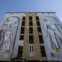 Un selfie per il David: la street art di Blu colora il Quarticciolo di Roma
