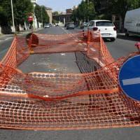 Roma, buca riparata a marzo: quattro mesi dopo riappaiono gli avvallamenti