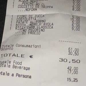 roma, ristorante offende coppia gay: sullo scontrino scritte omofobe. e il cameriere viene licenziato