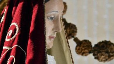 """Trastevere, Madonna del Carmine """"griffata"""", in processione col manto Gattinoni -   video"""
