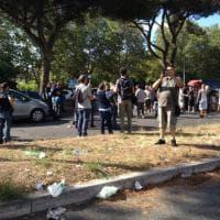 Roma, autodemolitori contro il Campidoglio. Caos sulla Colombo. Un uomo minaccia il suicidio