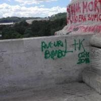Roma, imbratta Ponte Flaminio con un pennarello: ragazza denunciata