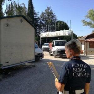 Roma, tensioni per lo sgombero a sorpresa al Camping River