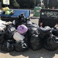 Roma, Garbatella, cassonetti stracolmi di rifiuti: