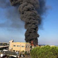 Civitavecchia, autodemolitore in fiamme: colonna di fumo nero sulla città