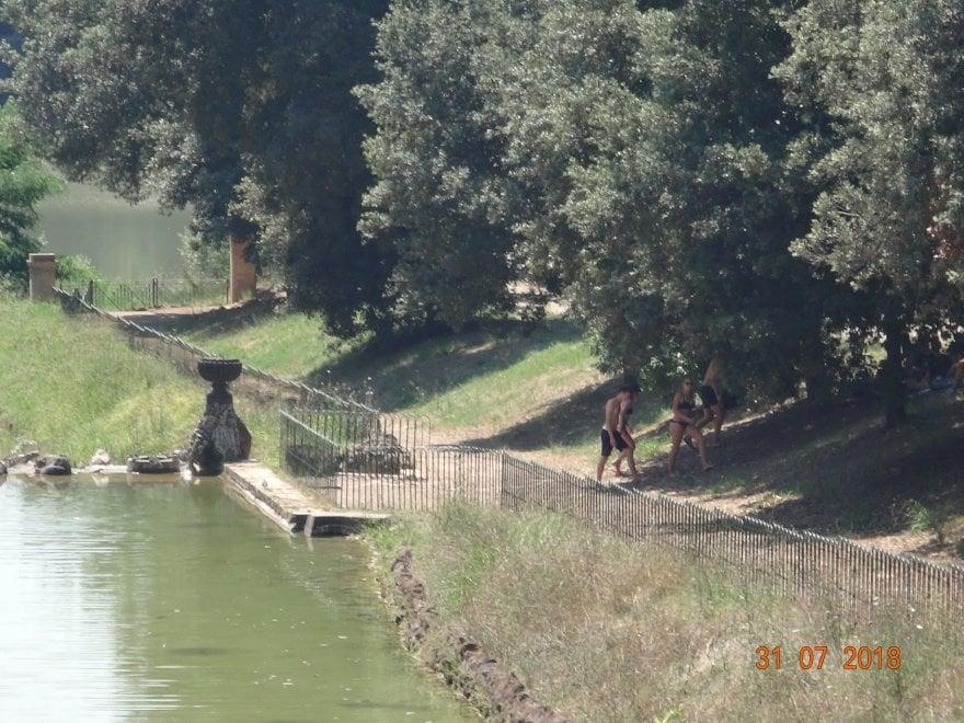 Roma nei giorni del grande caldo scatta il bagno nel for Bagno caldo durante il ciclo
