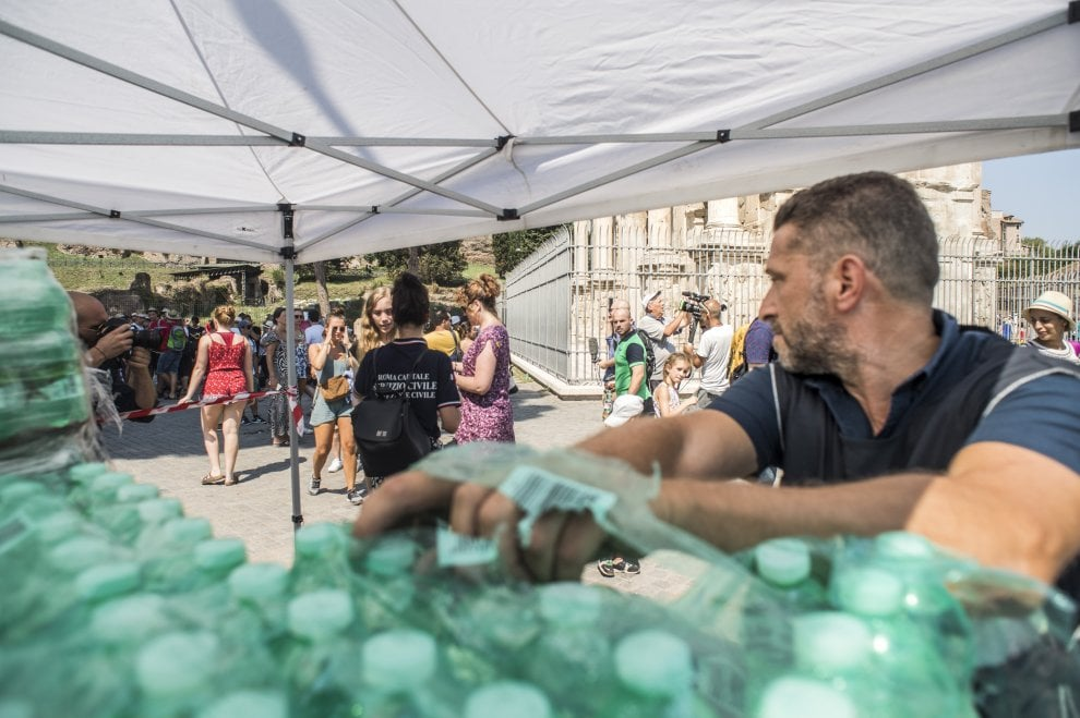 Roma, emergenza caldo: 10 mila bottigliette d'acqua distribuite al Colosseo e ai Fori