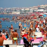 Caldo record, la spiaggia di Ostia presa d'assalto