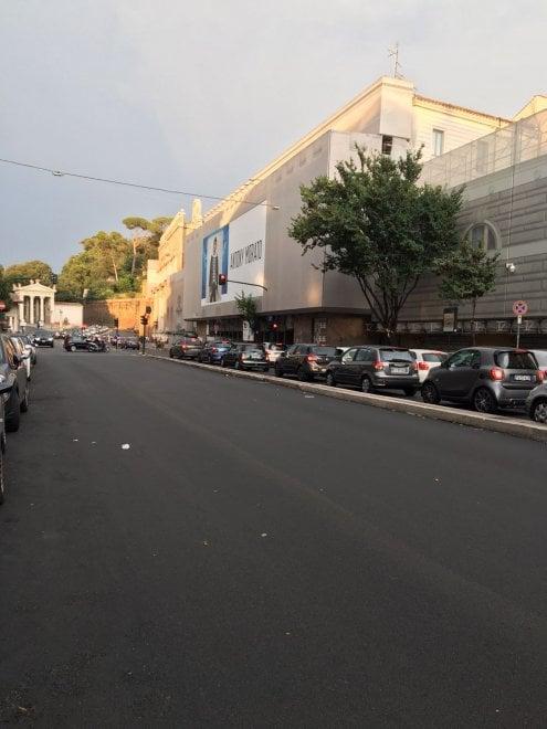 """Roma, caditoie chiuse dall'asfalto in via Luisa di Savoia: """"Alla prima pioggia sarà il caos"""""""