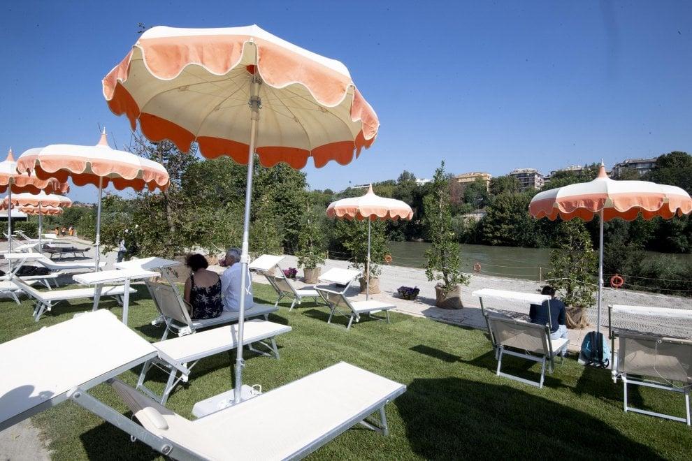 Roma, aperta al pubblico Tiberis: la prima spiaggia sul Tevere dell'era Raggi