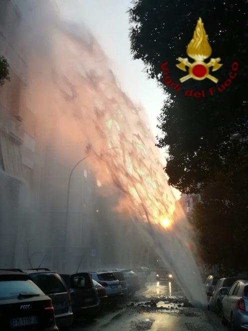 Roma, a Monteverde si rompe tubo. Getto d'acqua crea voragine: auto parzialmente inghiottita
