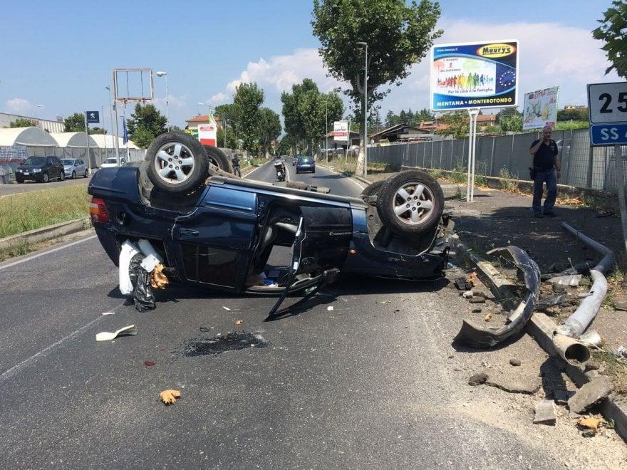 Roma, si capovolge con l'auto e resta incastrata: donna salvata