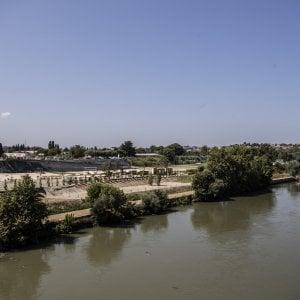 """Spiaggia sul Tevere, spunta l'accordo coi rom. Raggi e Montanari smentiscono: """"La sicurezza garantita dai vigili"""""""