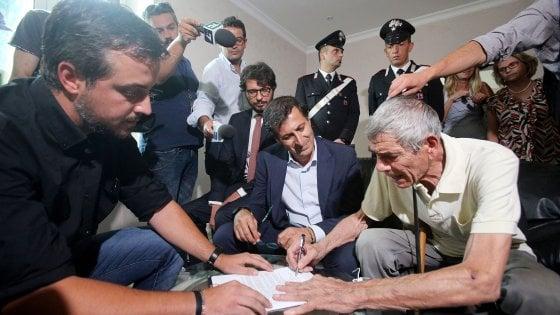Roma, la Regione restituisce agli assegnatari la casa estorta dai Casamonica