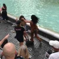 Fontana di Trevi, rissa tra turisti per il miglior posto da selfie: denunciati