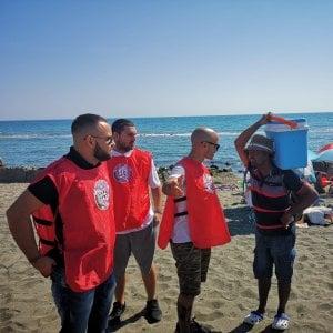 """Blitz di Casapound sulla spiagga di Ostia: """"Via gli ambulanti abusivi"""""""