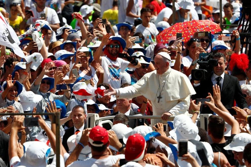 I giovani invadono piazza San Pietro: bagno di folla in papamobile per il pontefice