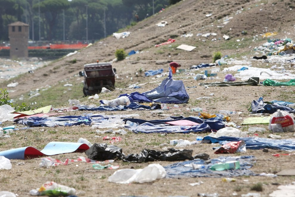 La spazzatura dei Papaboys invade ancora il Circo Massimo