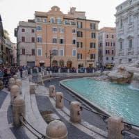 Roma, turisti canadesi fanno il bagno nella Fontana di Trevi: multati