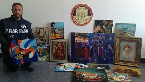 Da Van Gogh a Warhol, falsificava opere d'arte e le vendeva sul web: denunciato scenografo